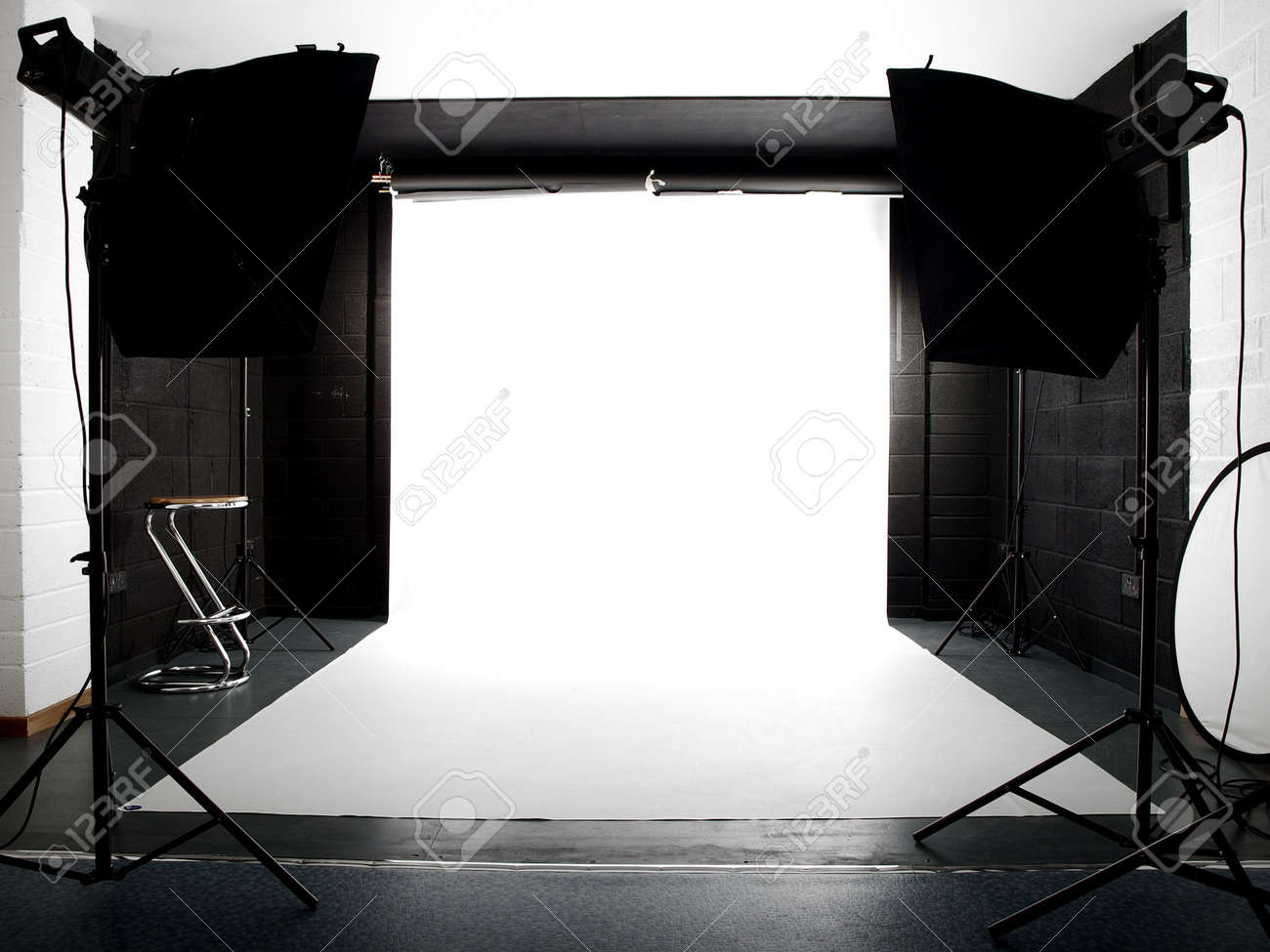 Empty studio with lights and white background Stock Photo - 2973077
