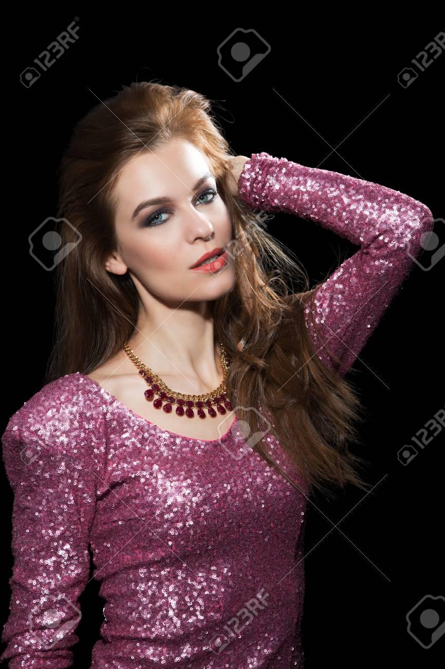 Porträt Einer Schönen Jungen Frau In Einem Rosa Party-Kleid ...