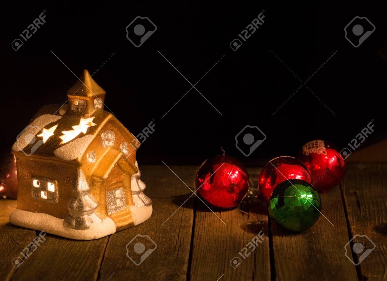 Weihnachtsschmuck Vor Einem Dunklen Hintergrund. Eine Spielzeughütte ...