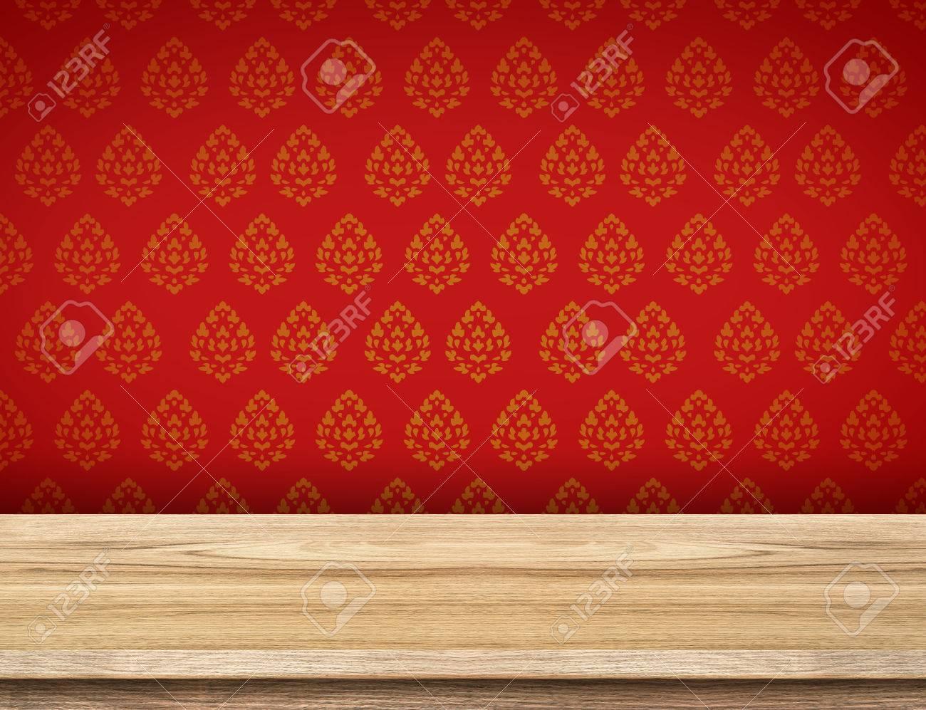 Table Vide Haut Avec Du Papier Peint Rouge Avec Mur De Motif Thai