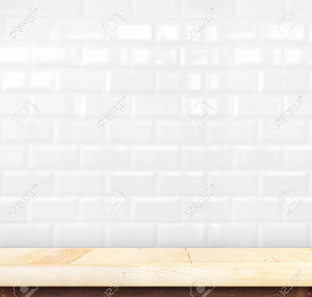 leere holztischplatte mit weißen fliesen wand, produkt-display