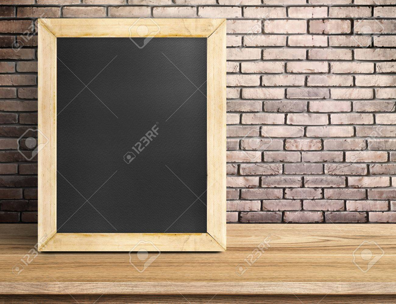 Unbelegte Tafel Auf Holztisch Auf Roten Backsteinmauer, Template ...