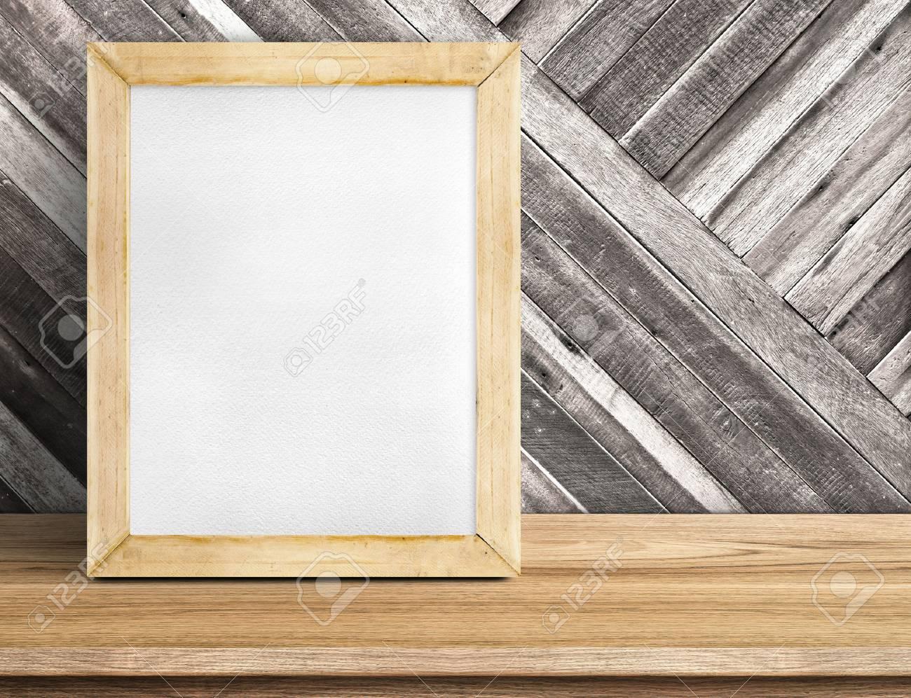 Leere Tafel Holzrahmen Auf Holztisch An Diagonalen Holzwand ...