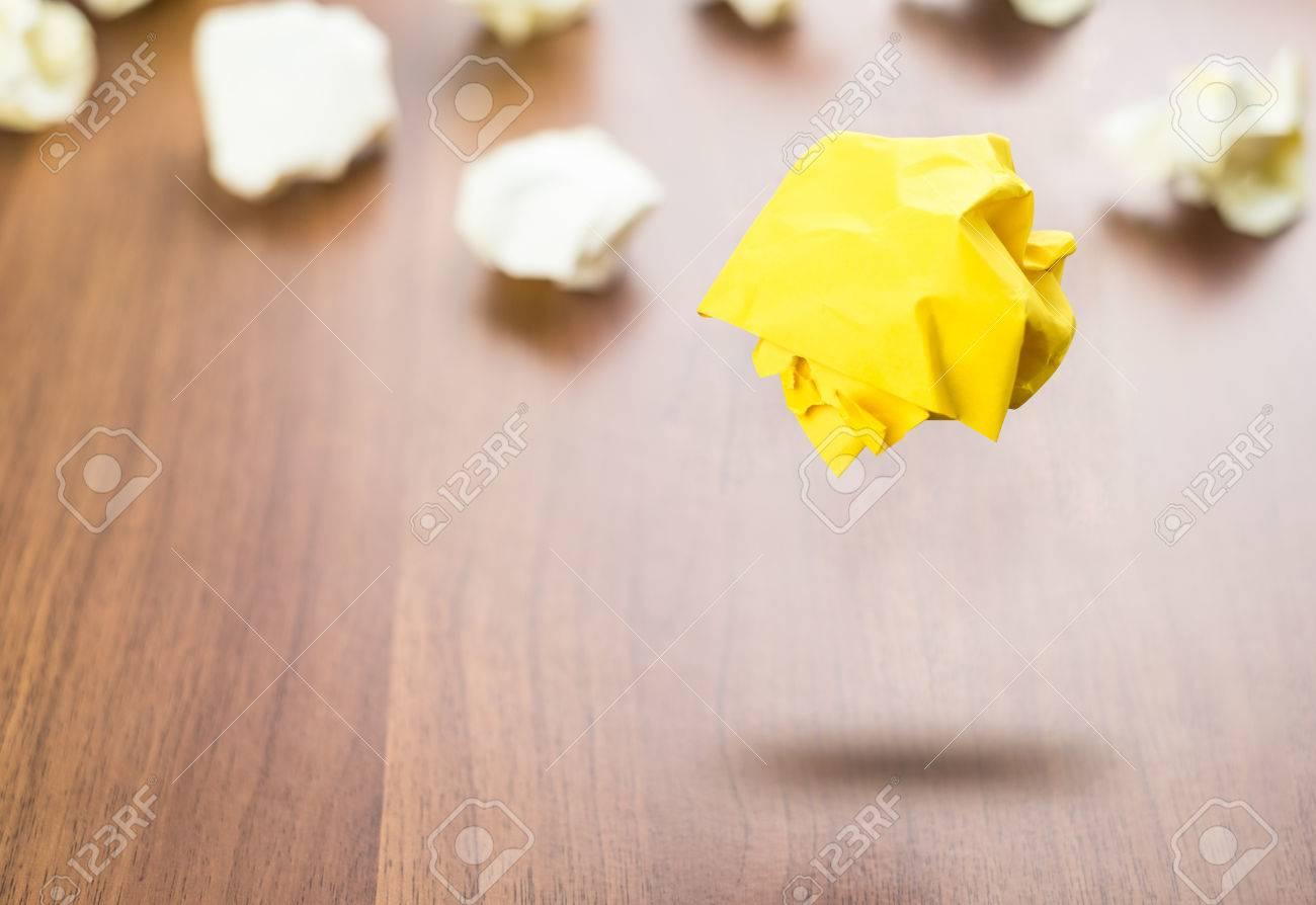 jaune boule de papier froissé flottant autour du papier blanc balle