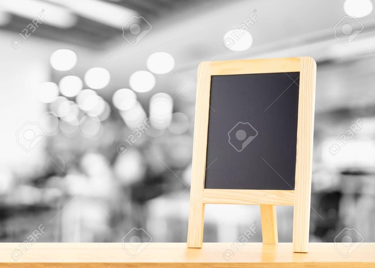Blackboard Avec Chevalet Panneau De Menu Sur La Table En Bois Avec Le Flou Bokeh Restaurant Arriere Plan Maquette Pour L Affichage Ou Le Montage De Votre Contenu Banque D Images Et Photos Libres De
