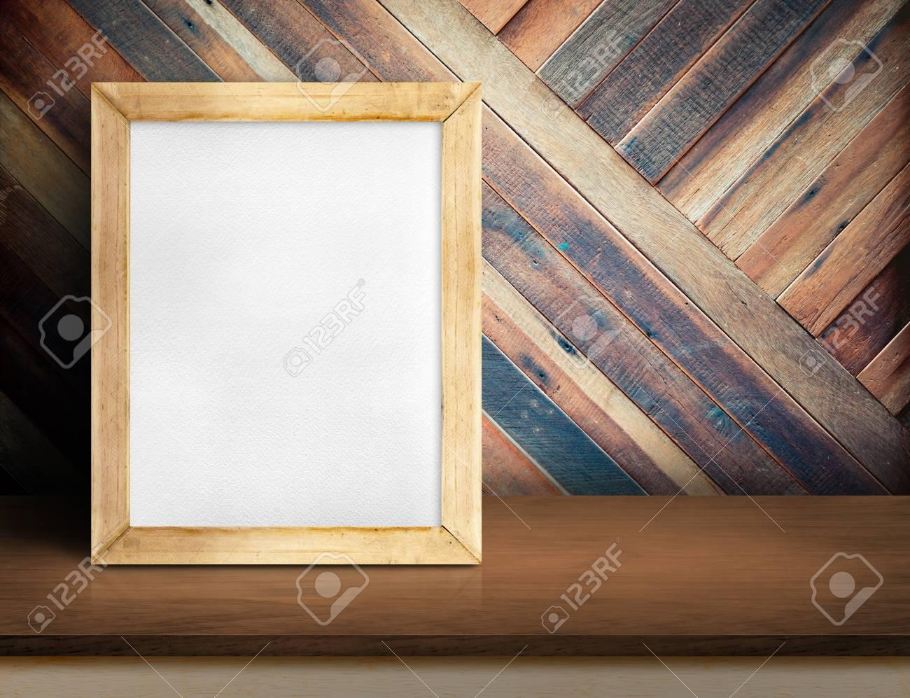 Leere Tafel Auf Einfache Holztischplatte An Diagonalen Tropischen ...