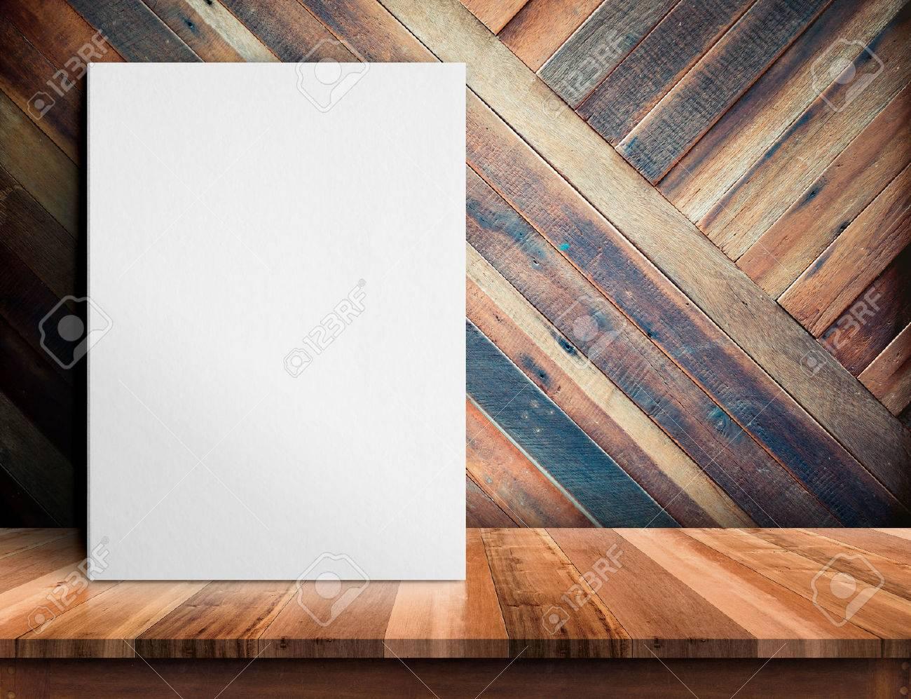 Affiche En Blanc Sur La Table En Bois Sur Le Mur De Planche De