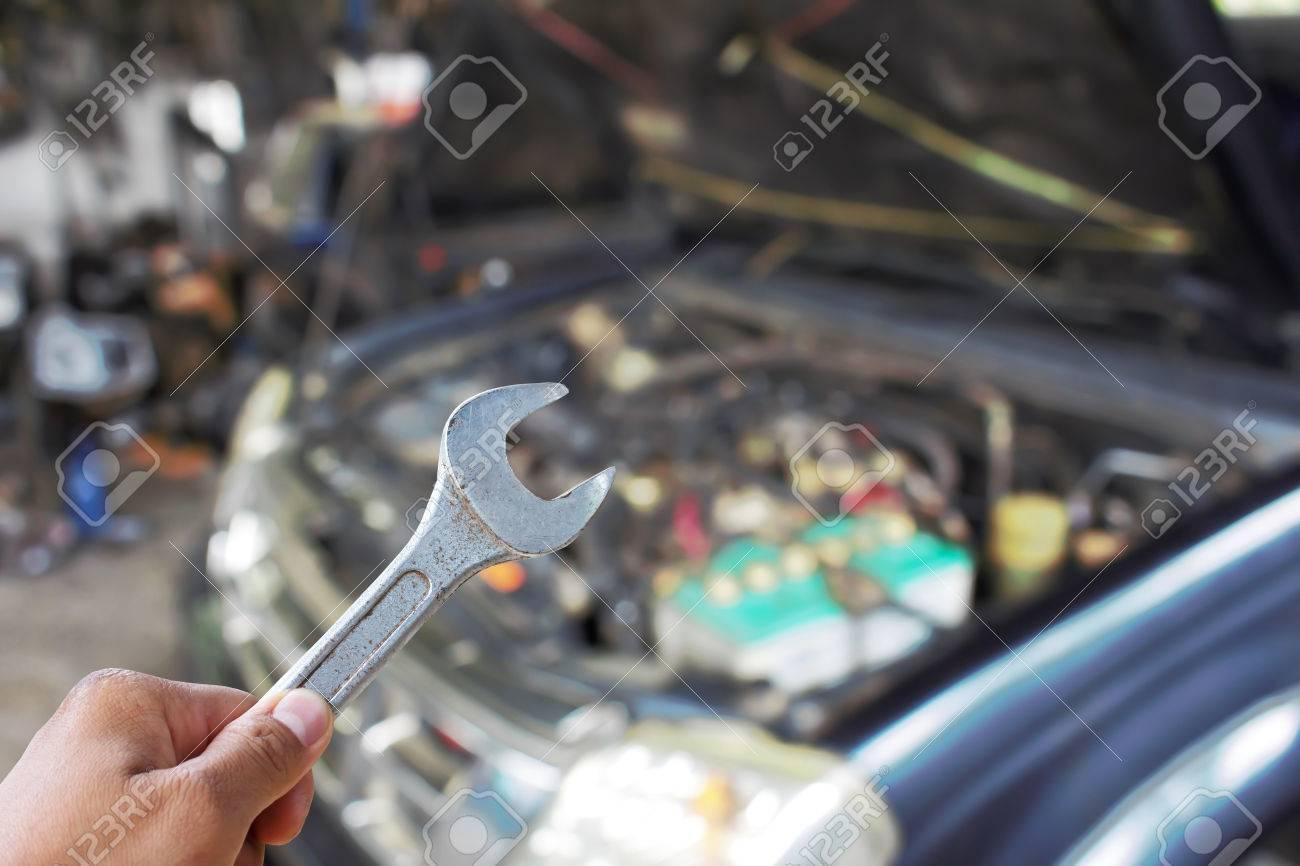 Hand Mit Schraubenschlüssel Auto Motor Blurbild überprüfen ...