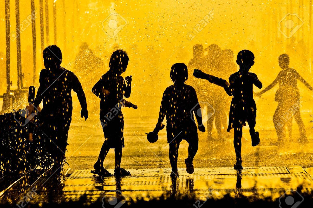 Niños Jugando En El Agua Silueta Fotos, Retratos, Imágenes Y ...