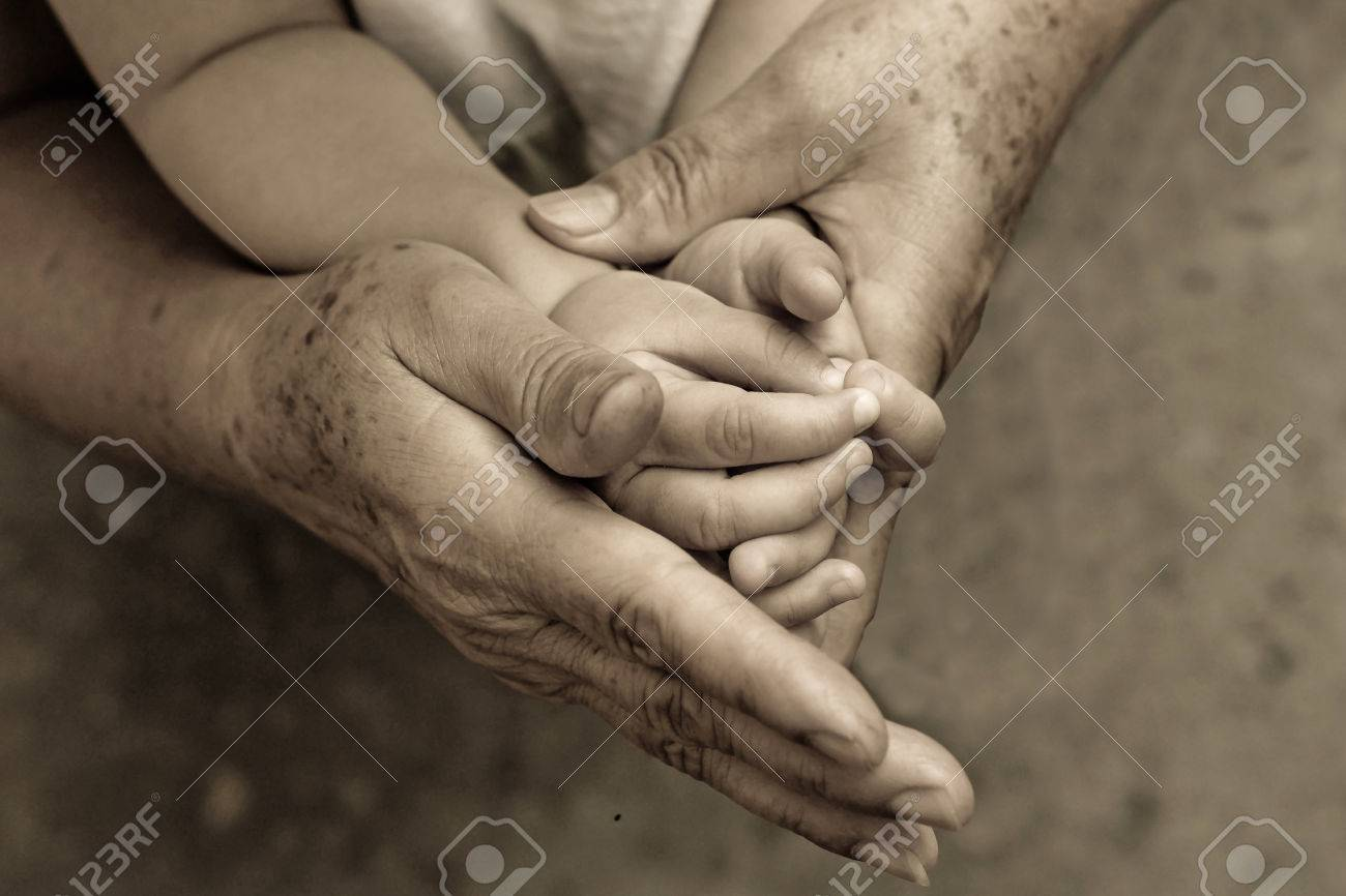 Viejos Tomados De La Mano Joven Mano De Un Bebé Con Amor Fotos