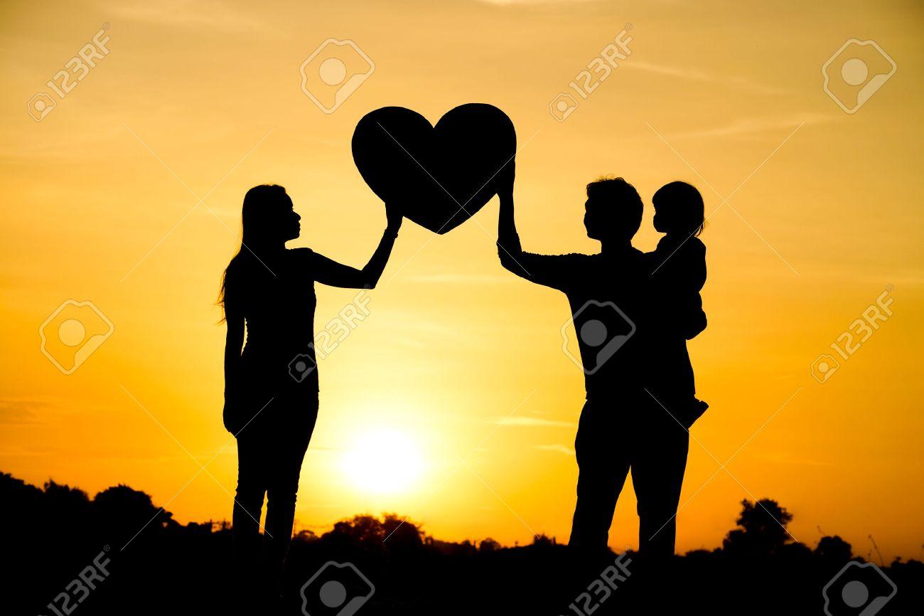 父親、母親と子供の家族愛概念で...