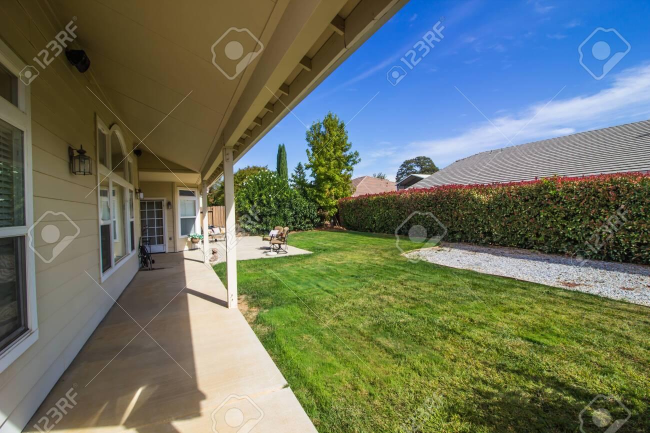 Rear Yard Patio With Furniture Large Hedge Lizenzfreie Fotos Bilder Und Stock Fotografie Image 139069077