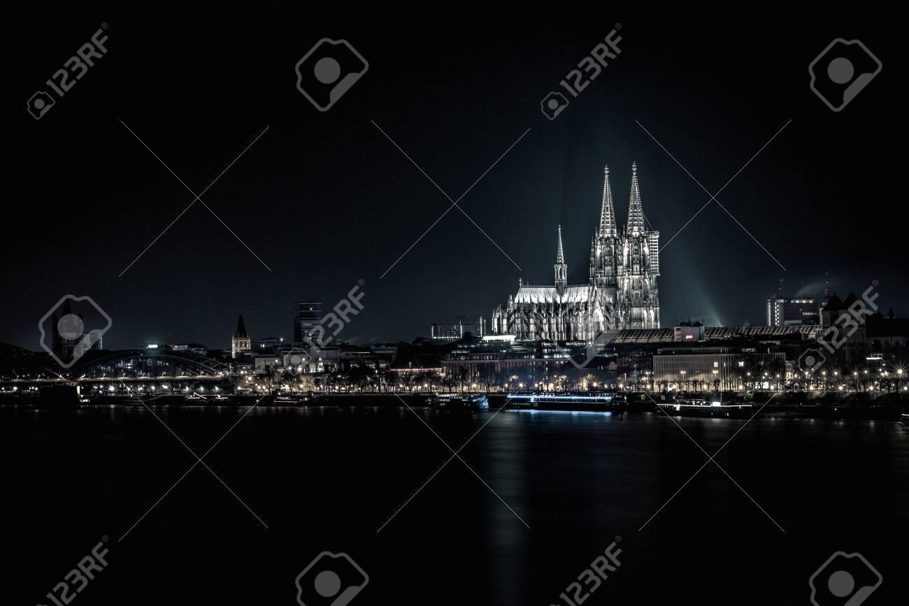 ケルン大聖堂は、はっきりと闇夜...
