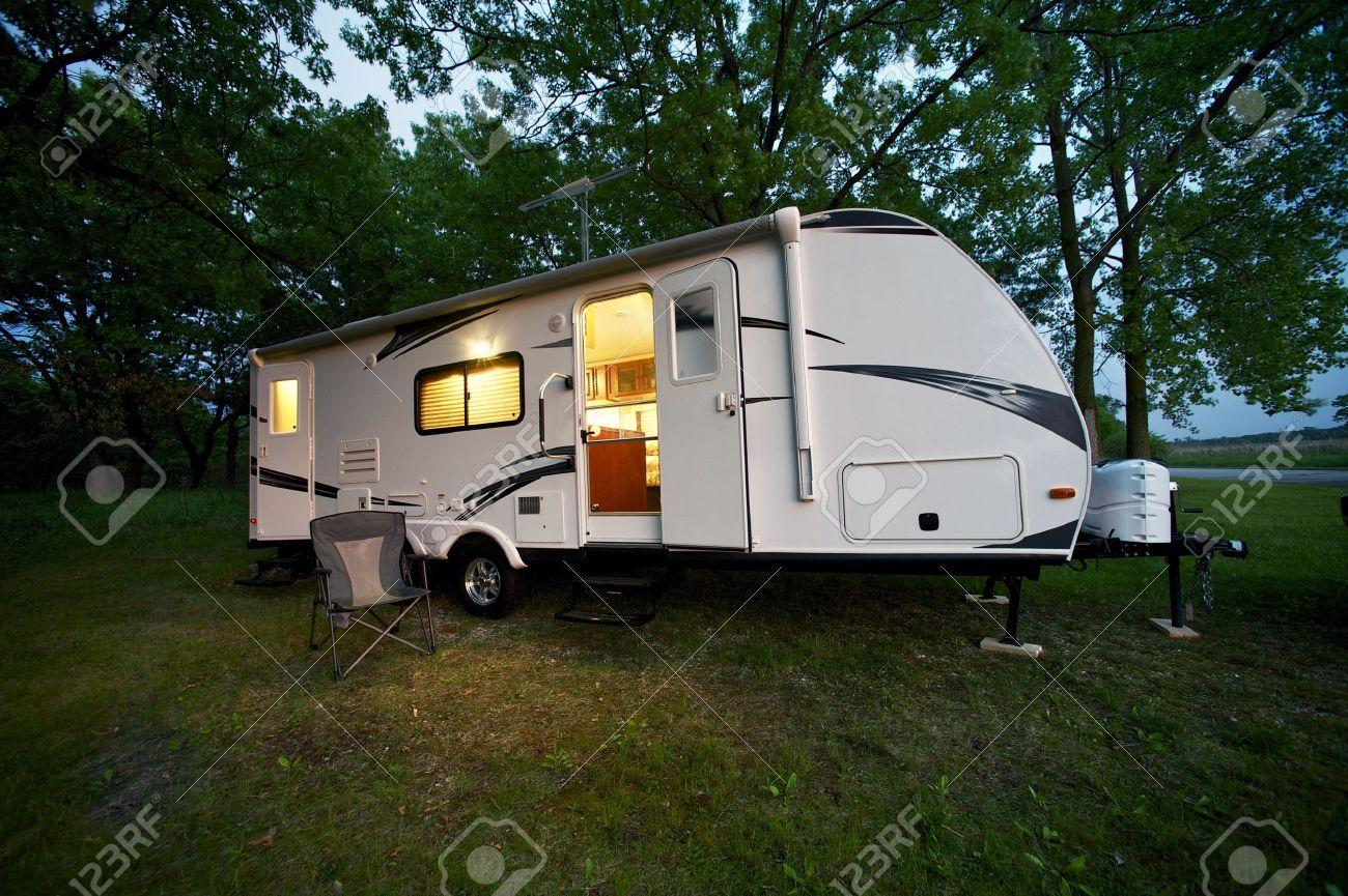 caravane de voyage moderne de 25 pieds - camping de la forêt. soirée