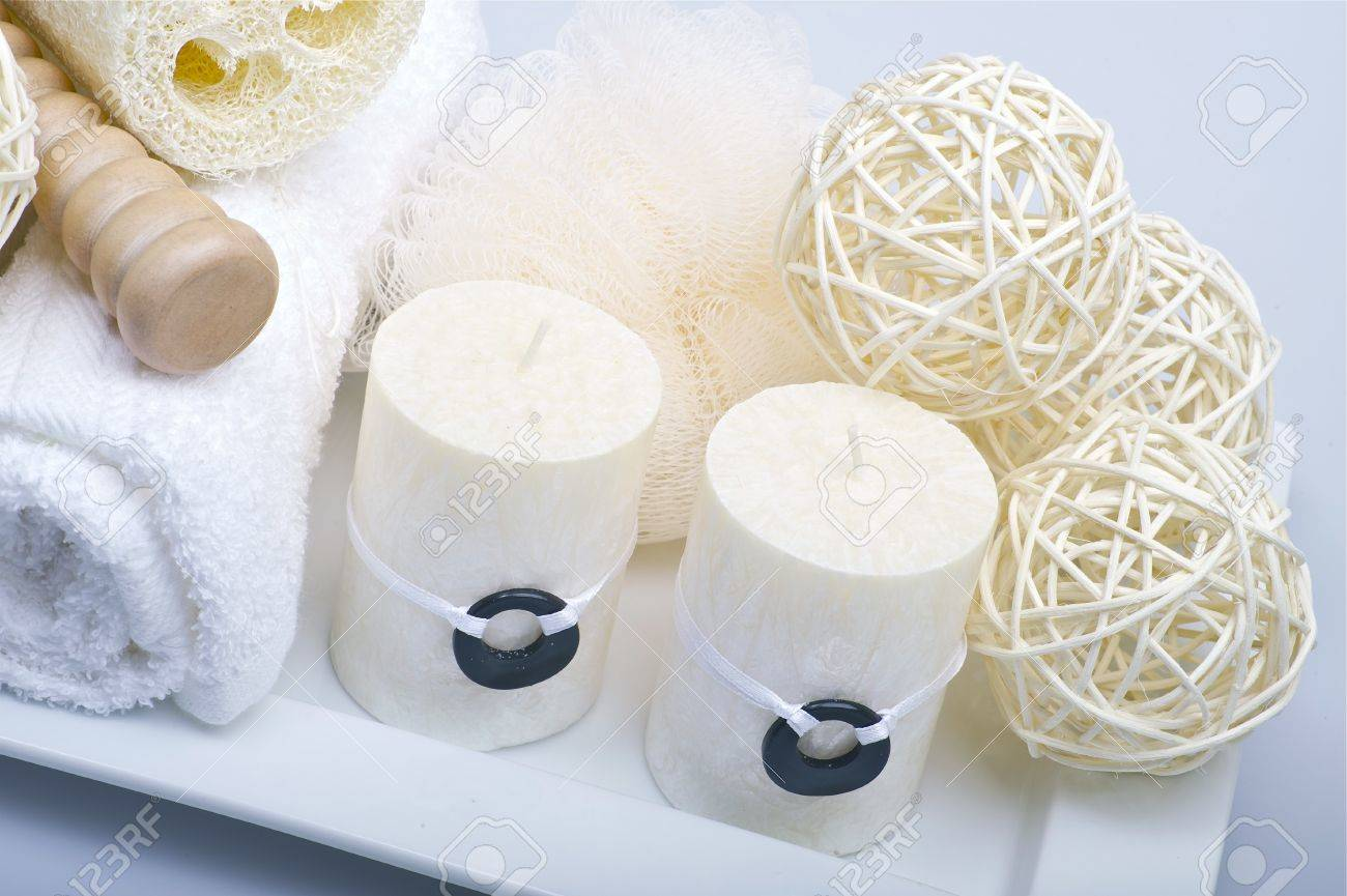 frescas toallas blancas velas y elementos decorativos salud y belleza