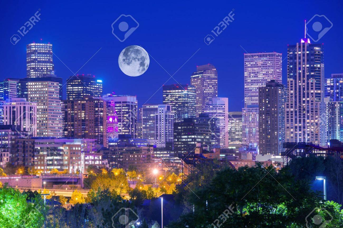 コロラド州デンバー夜。デンバー...