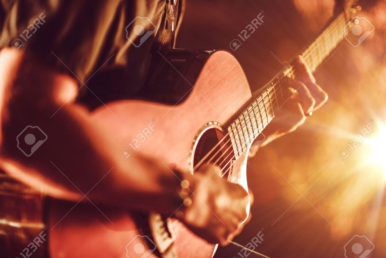 Tocando La Guitarra Acústica. Hombres Toca La Guitarra Acústica ...