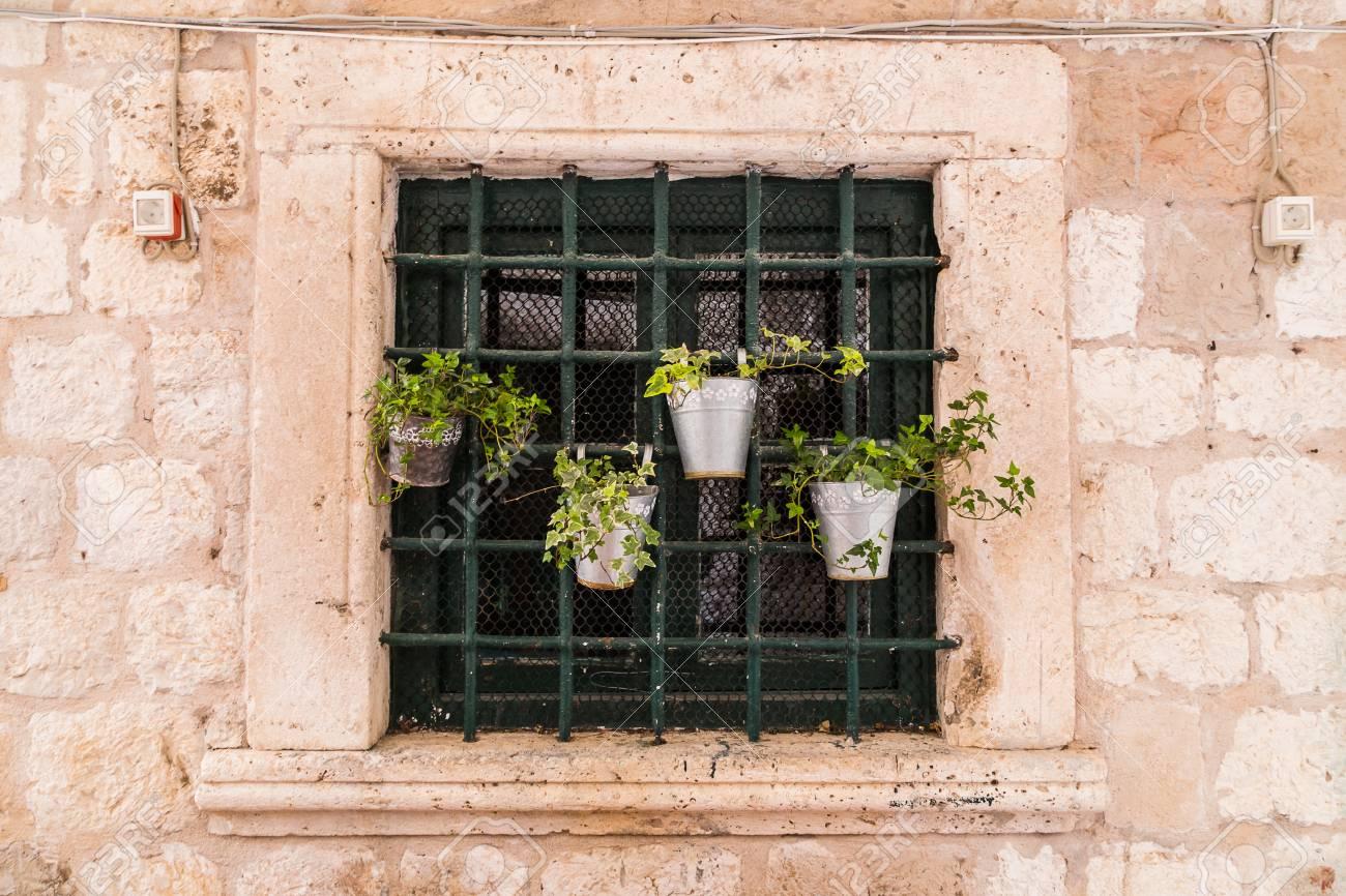 Um lugar que pode abrigar um lindo jardim sem ocupar espaço é a janela. Mas como acertar na montagem e na escolha das espécies?