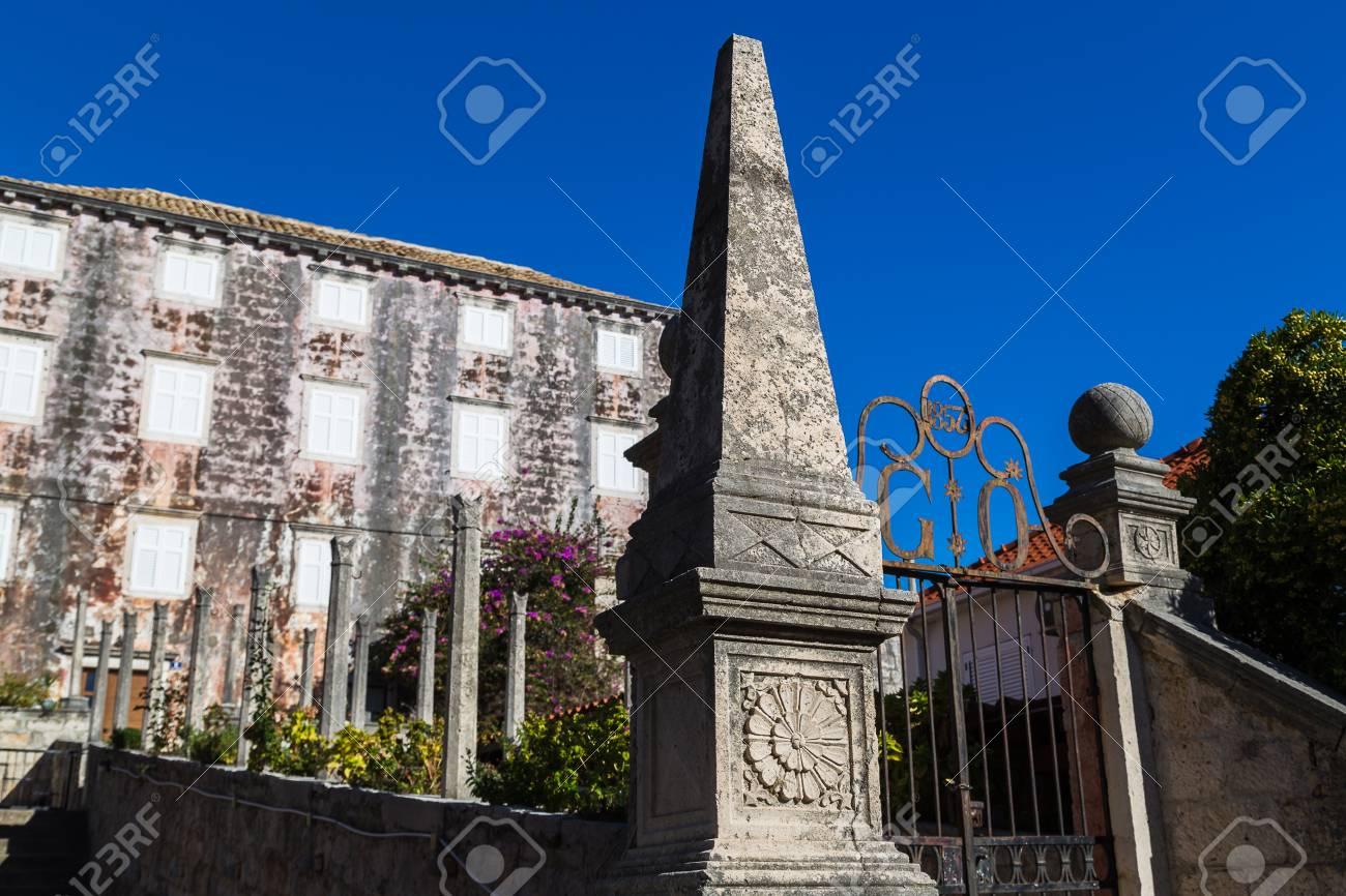 Una Antigua Casa De La Ciudad En El Centro De Orebic Llena El Marco ...
