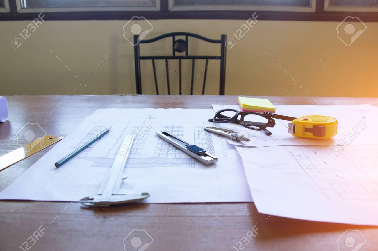 Fantastisch Architectural Office Schreibtisch Hintergrund Bau Projekt Ideen Konzept,  Mit Zeichengeräten Standard Bild   85896406