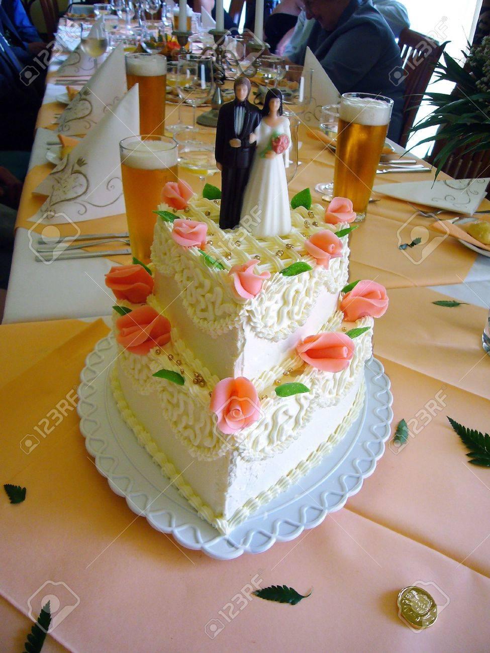 Un Très Beau Gâteau De Mariage Et Il Déguste De Très Bonnes Non Plus