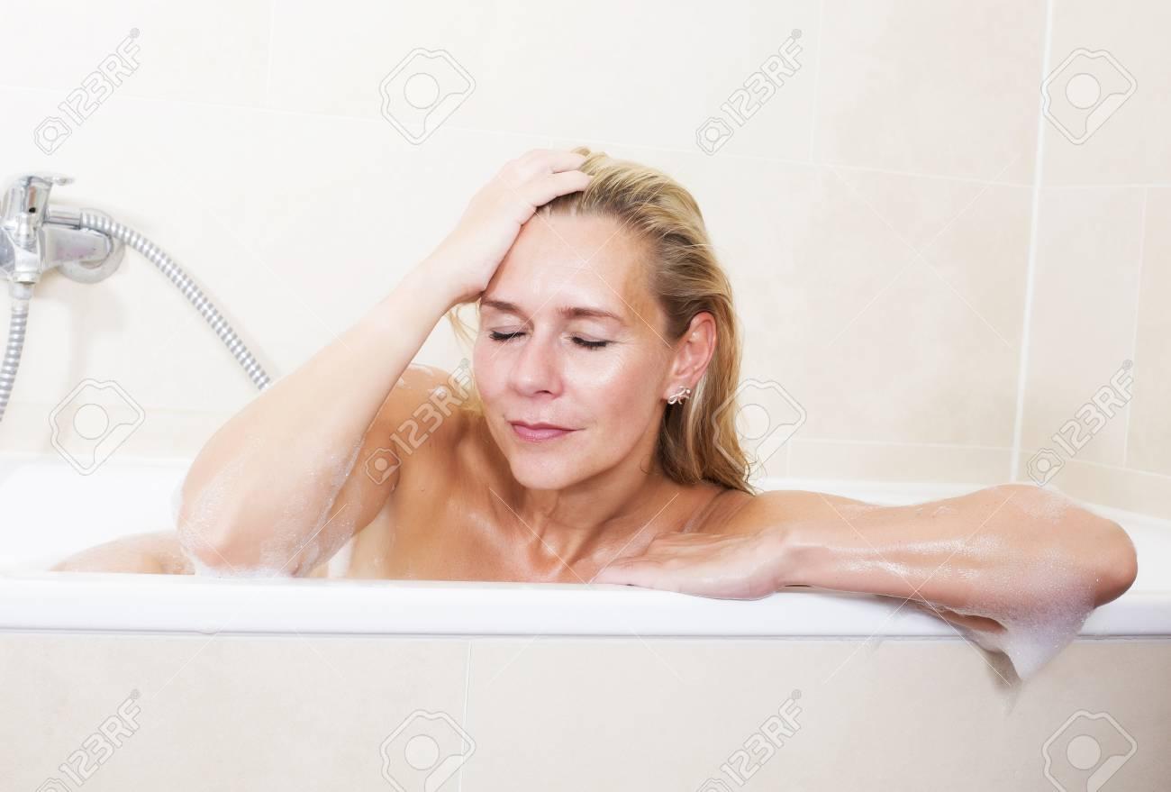 Immagini Stock Donna Bionda Seduta Nella Vasca Da Bagno Ed E Rilassante Con Gli Occhi Chiusi Image 29547898