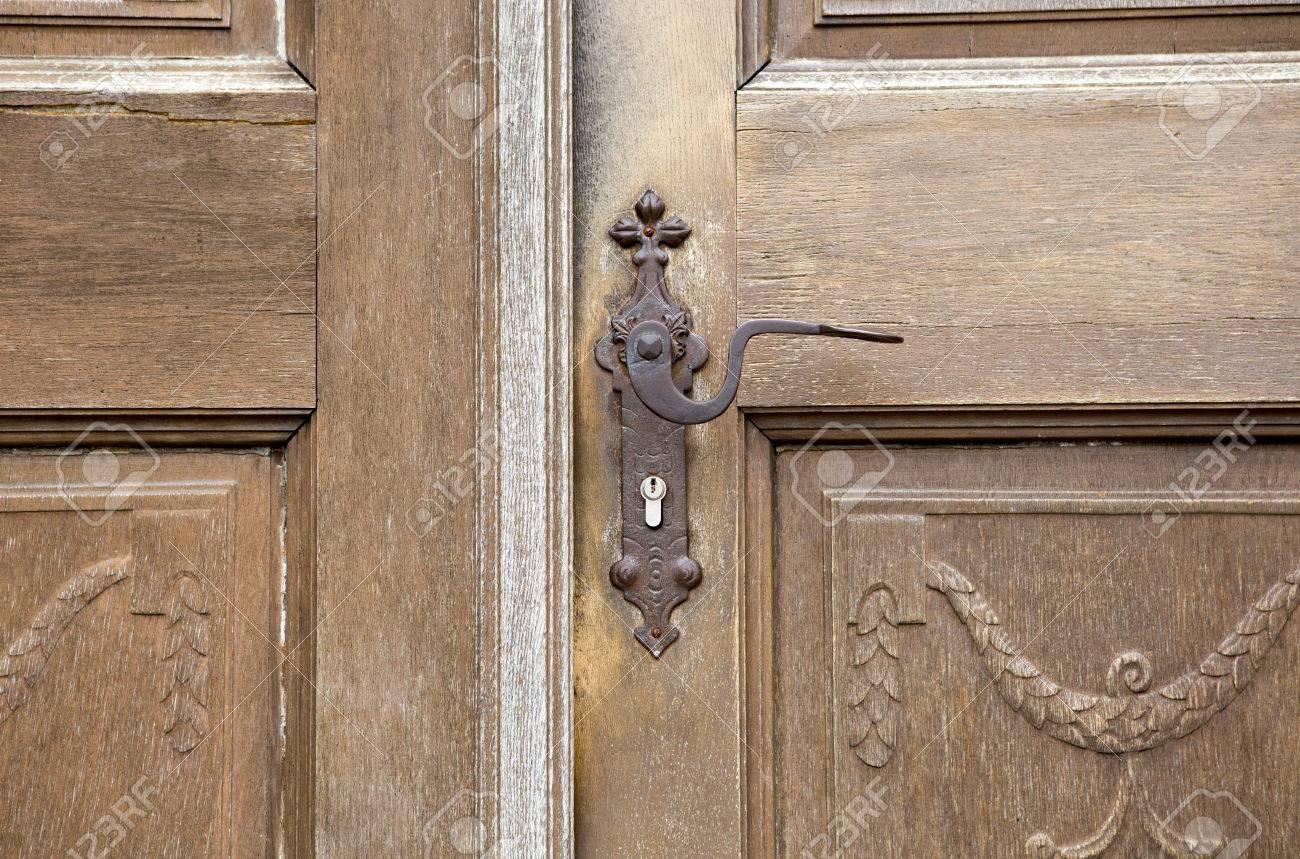 Ancienne Porte Du0027entrée En Bois Avec Poignée De Porte Antique Et Serrure  Moderne Banque