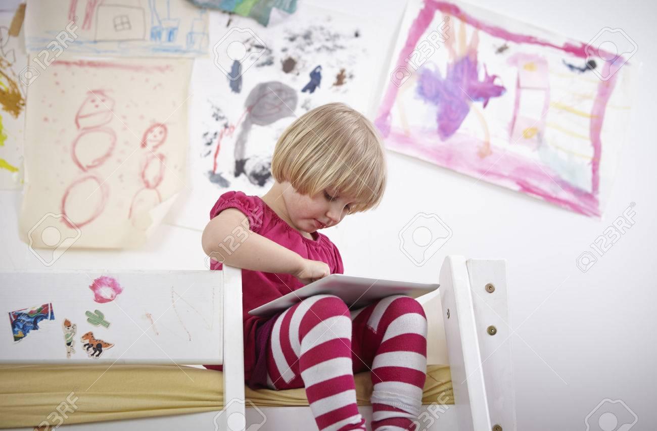 Etagenbett Mädchen : Kleines mädchen das auf dem etagenbett zeichnend notenauflage