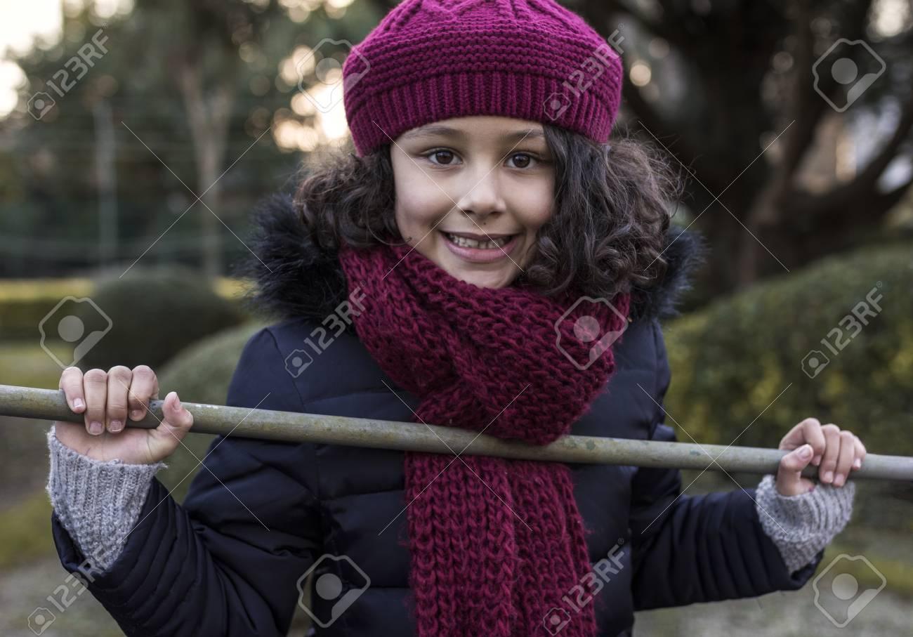 8eb645693da7 Banque d images - Portrait, de, sourire, petite fille, porter, bonnet laine,  et, écharpe