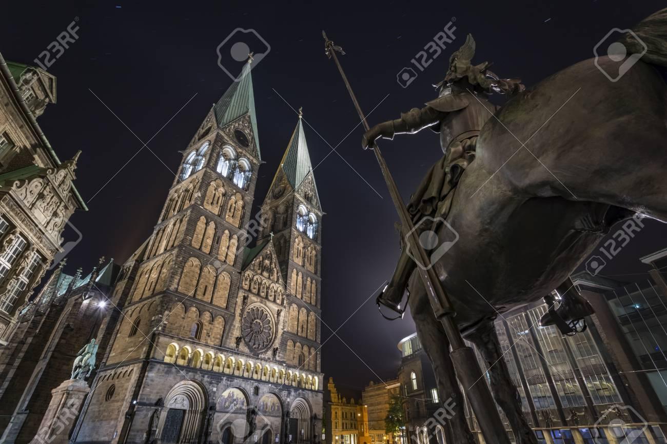 Bremen Fotografie germany bremen equestrian statue and bremen cathedral at