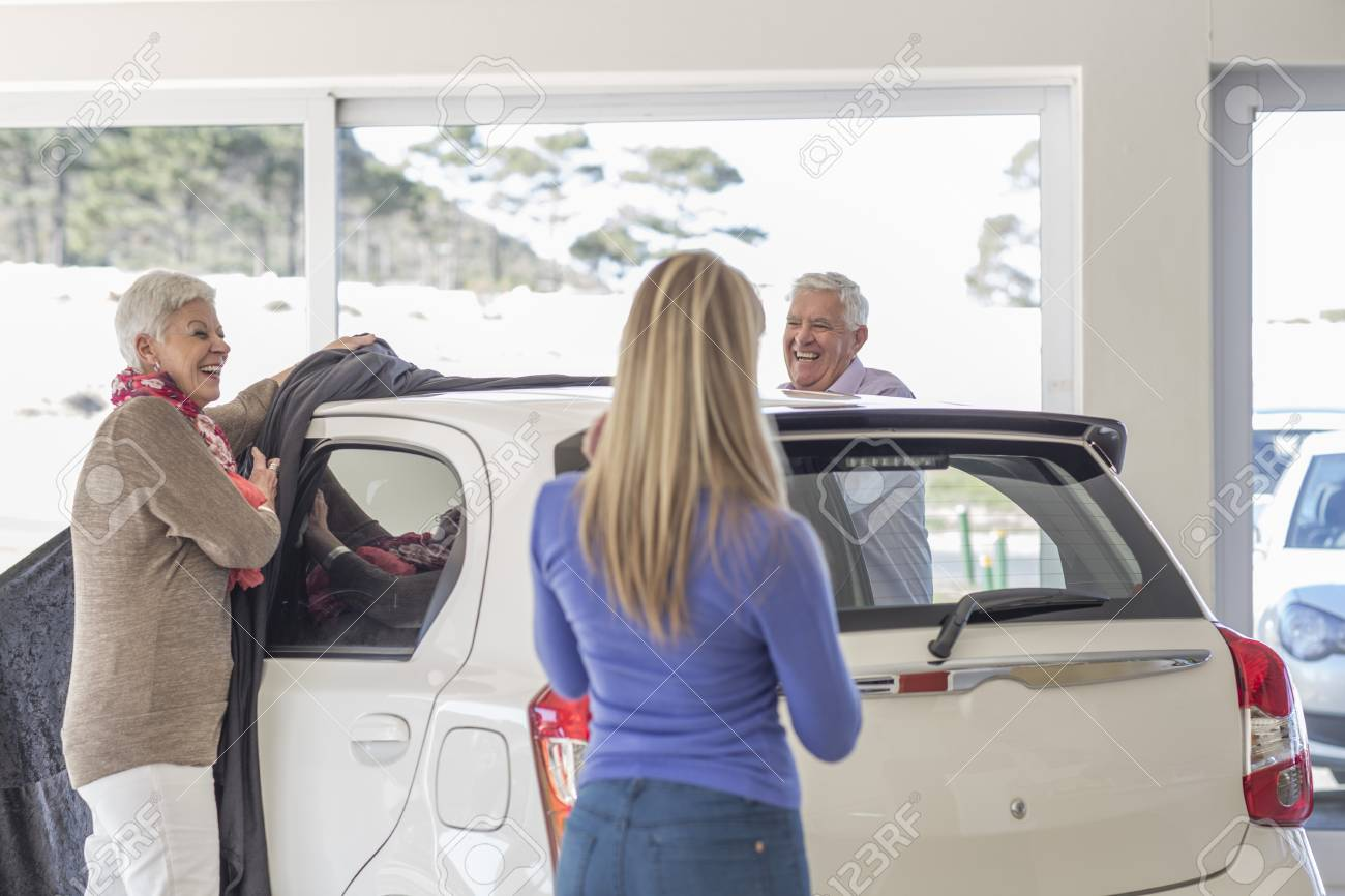 Vater Und Mutter Enthullen Neues Auto Als Geschenk Fur Die Tochter