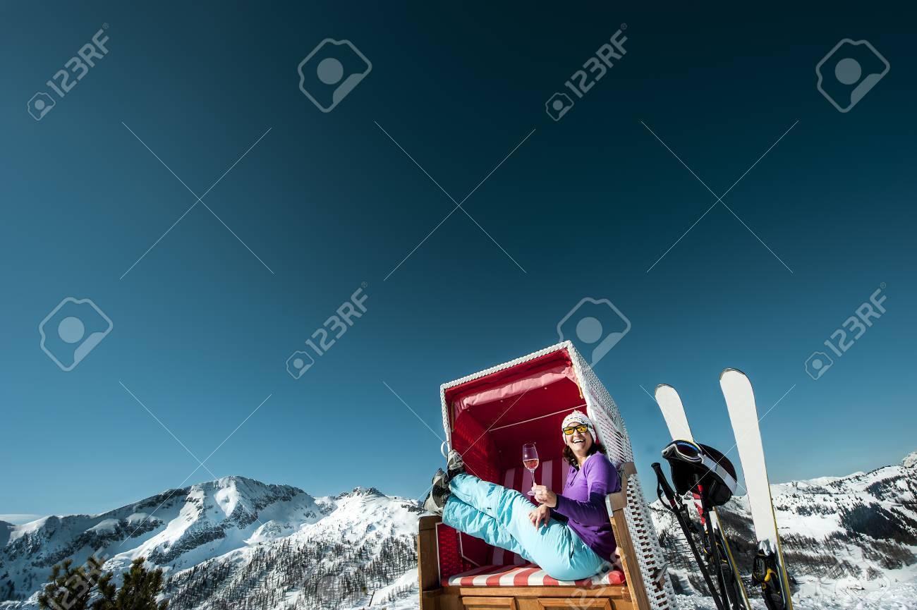 Strandstoel Met Kap.Oostenrijk Altenmarkt Zauchensee Skier Die In Ligstoel Met Een Kap In De Bergen Zitten Die Van Glas Champagne Genieten