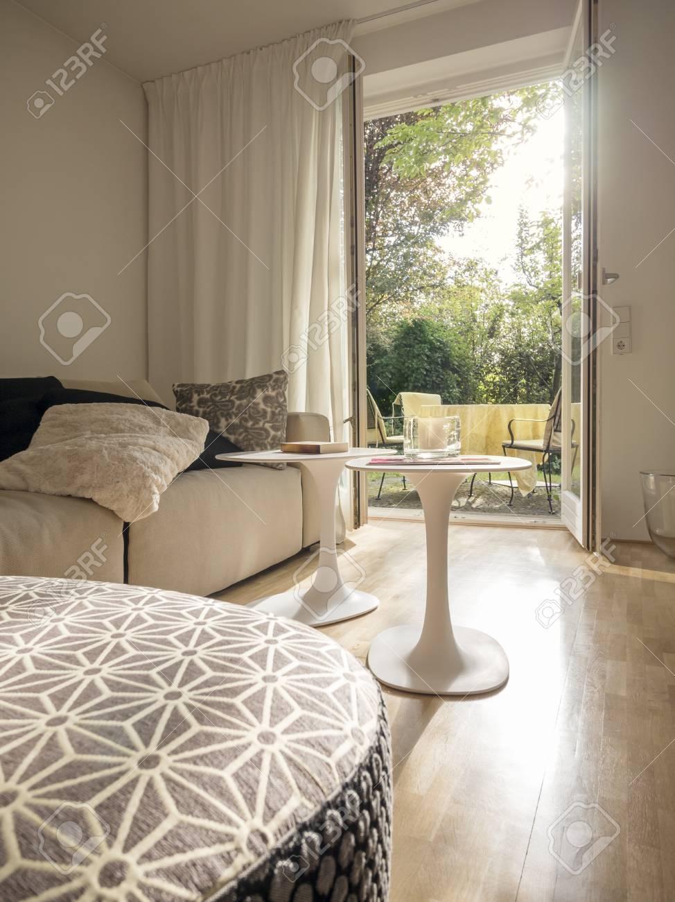 Modernes Wohnzimmer Mit Blick Durch Offene Terrassentür Lizenzfreie