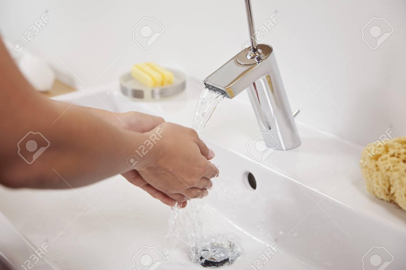 Salle De Bain Allemagne allemagne, bavière, jeune femme se laver les mains dans l'évier de salle de  bain