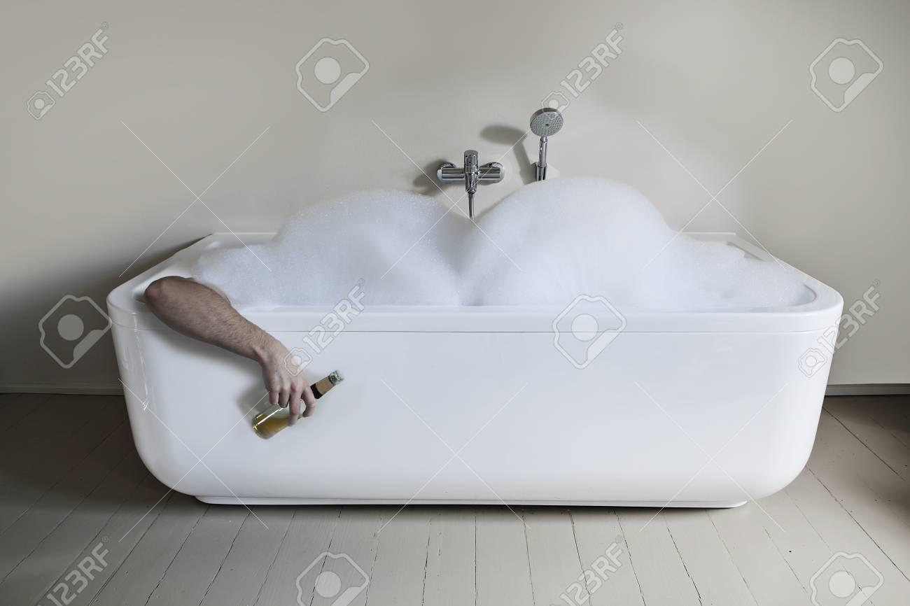 Uomo In Vasca Da Bagno.Meta Uomo Adulto Nella Vasca Da Bagno Con Bottiglia Di Birra