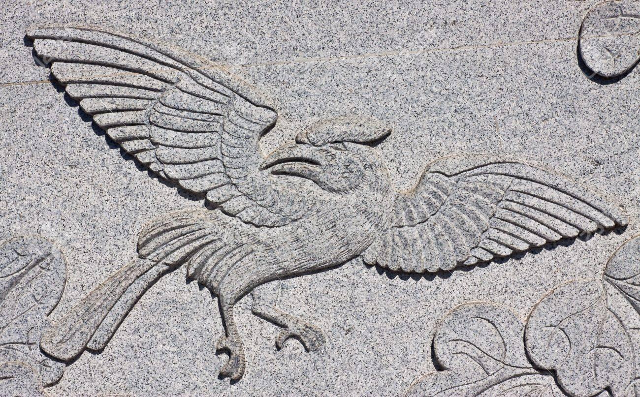 arte esculpido en la pared de piedra en el templo chino tailandia foto de archivo