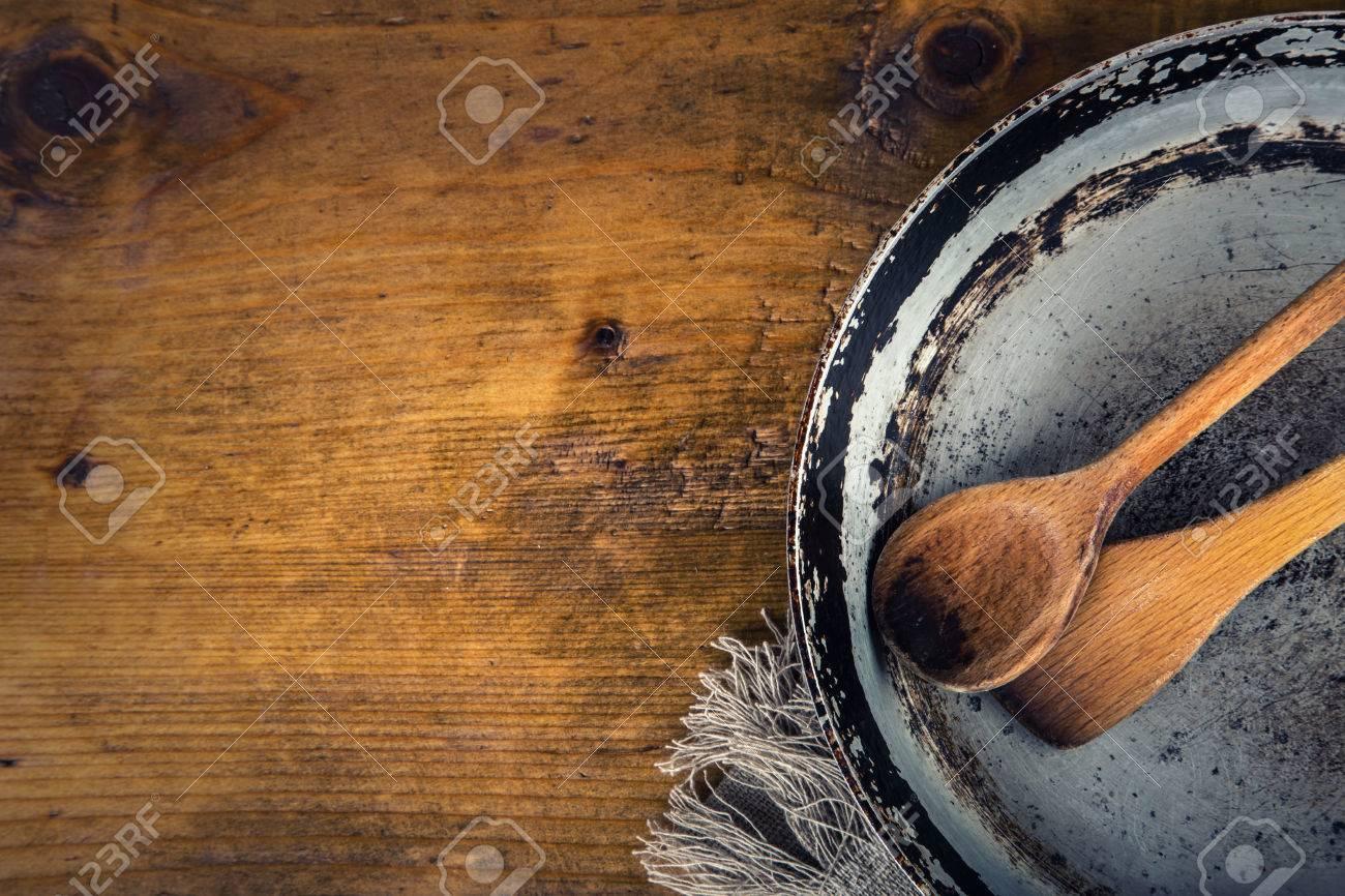 Küchenutensilien Aus Holz Auf Dem Tisch. Holzlöffel Alten Pfanne Im ...