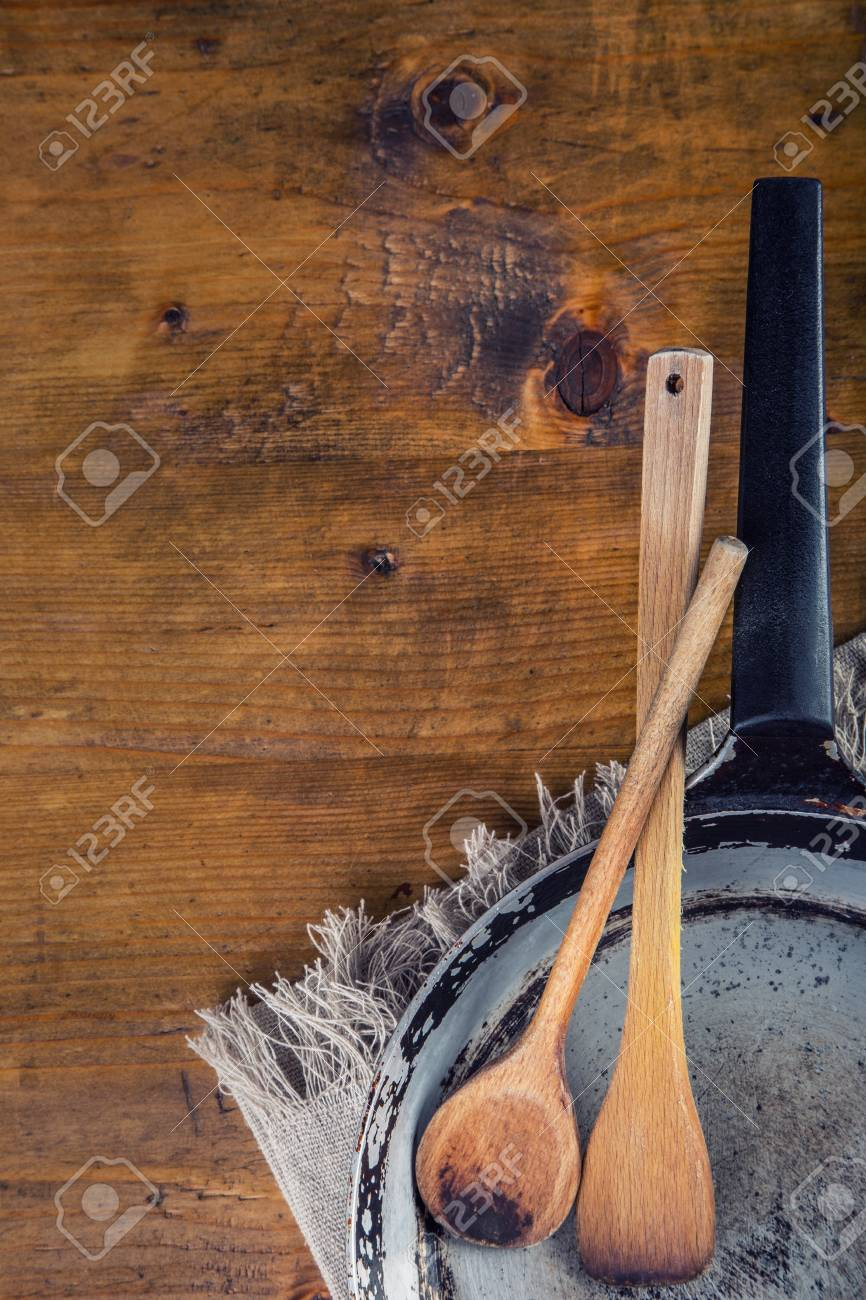 Hölzerne Küchengeräte Auf Dem Tisch. Alte Pfanne Des Hölzernen ...