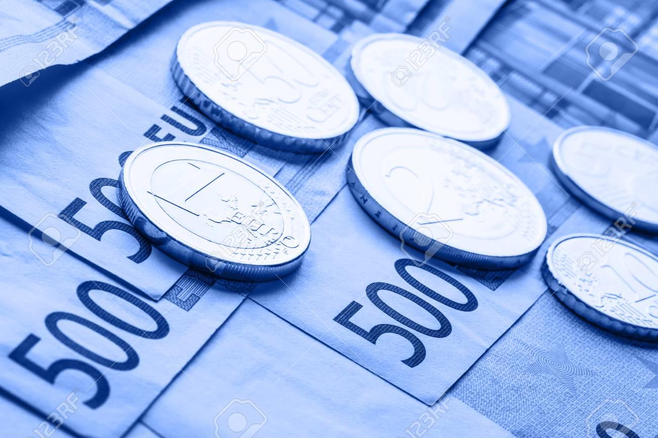 Mehrere 500 Euro Banknoten Und Münzen Liegen Nebeneinander