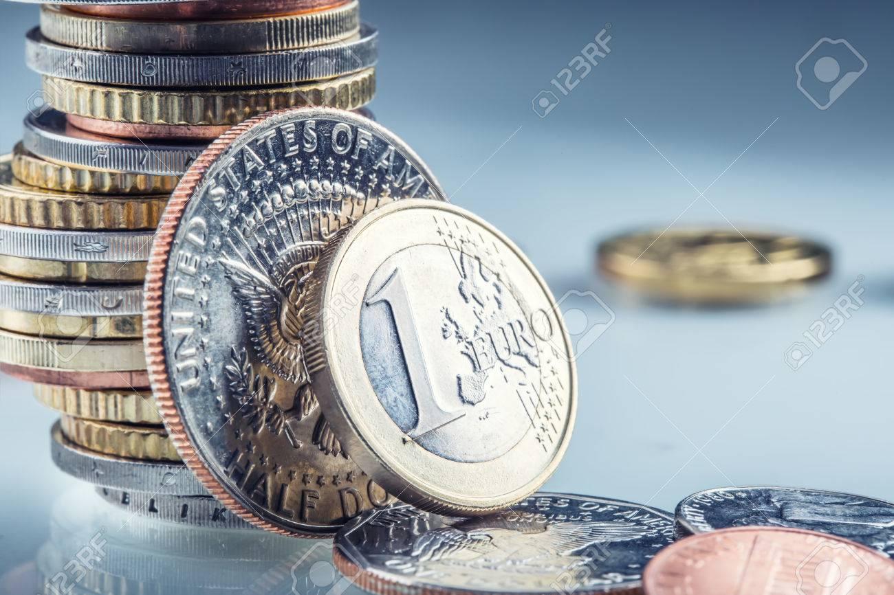 Euro Und Us Dollar Münzen Ein Euro Und Usa Dollar Münzen Stehen