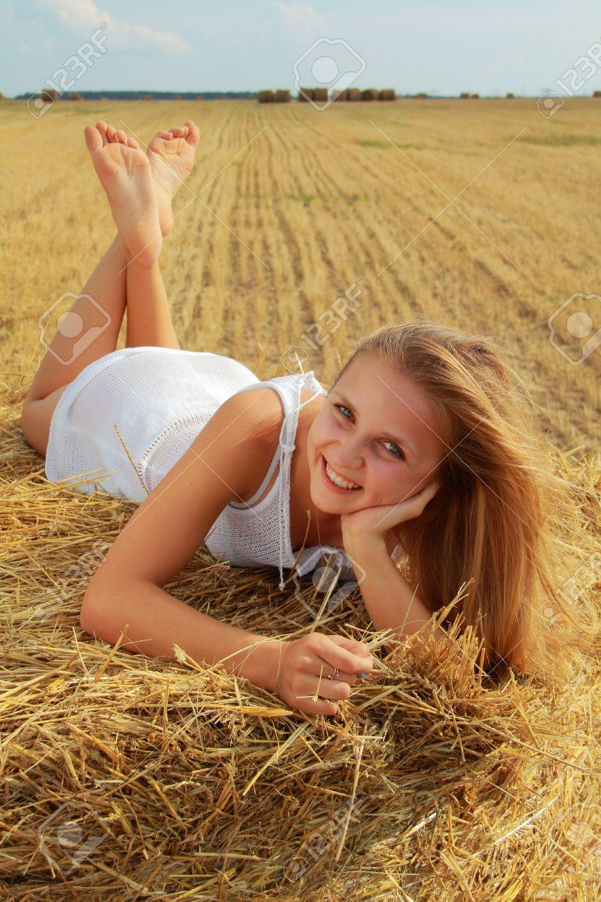Фотографии девушек на сене 24 фотография