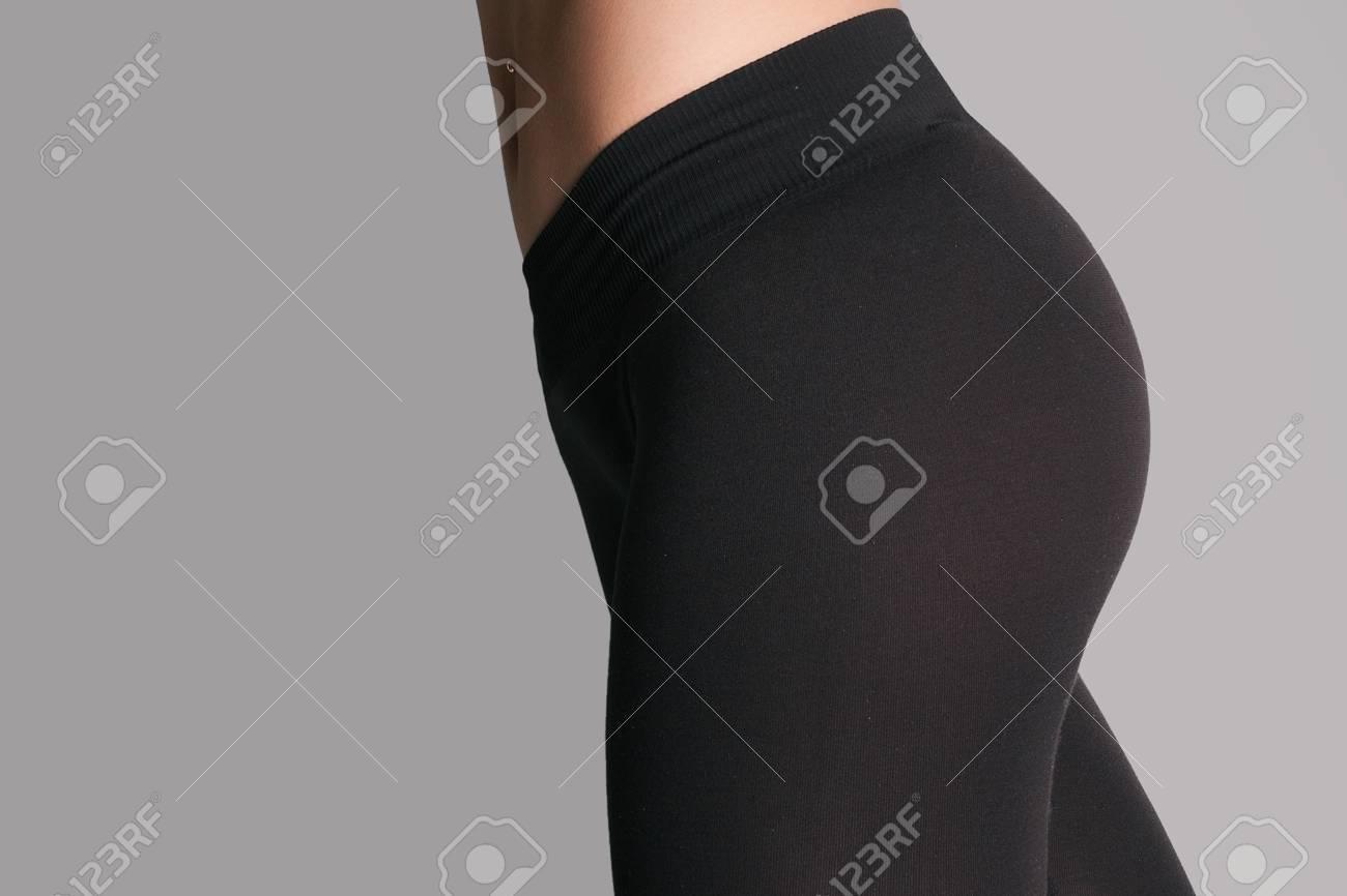 meilleures chaussures mode bon ajustement Femme en leggings et des baskets, une faible section. Sexy beau cul  athlétique. Belle femme athlétique