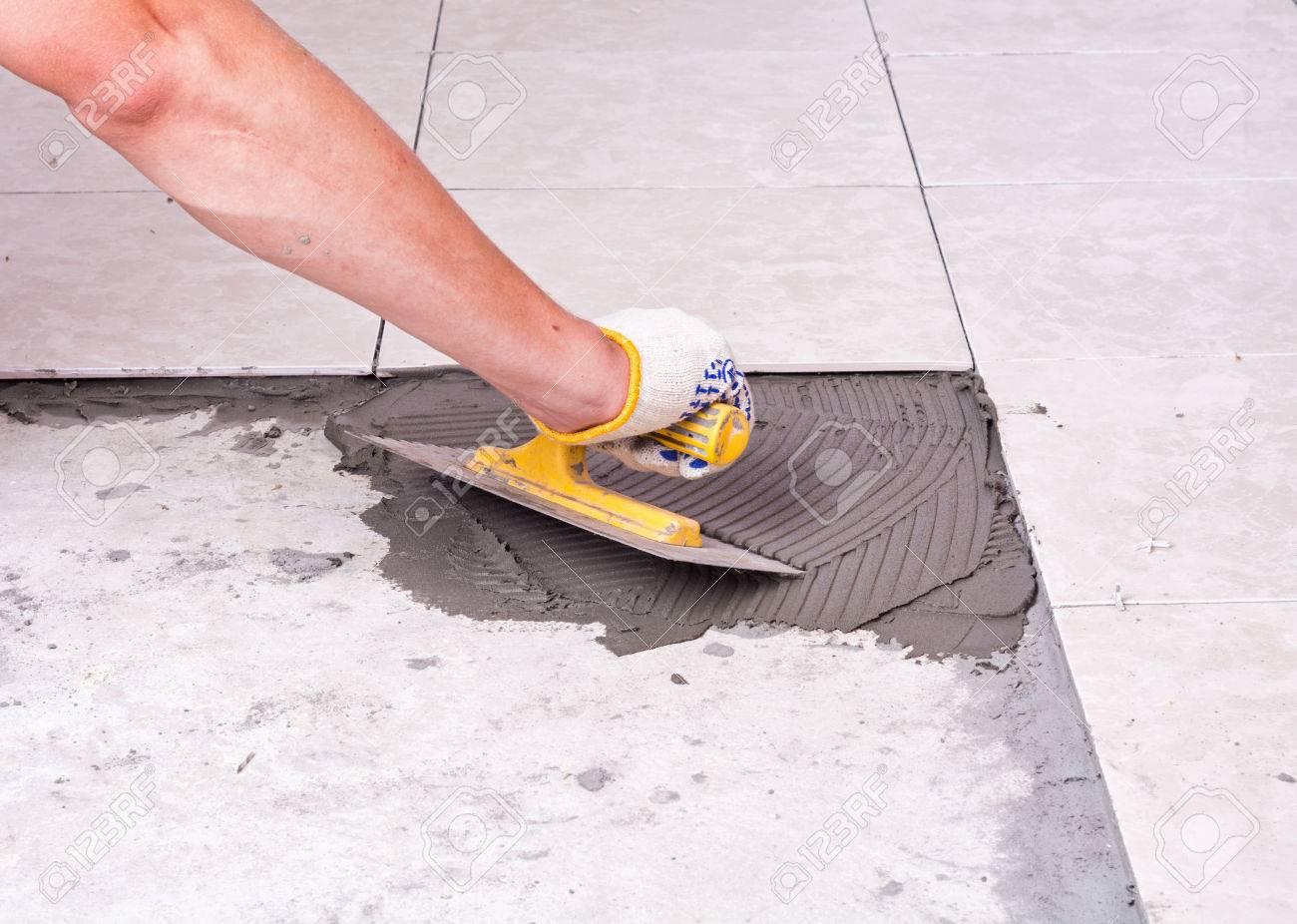 Installation De Carreaux De Céramique Sur Un Plancher De Tiler ...