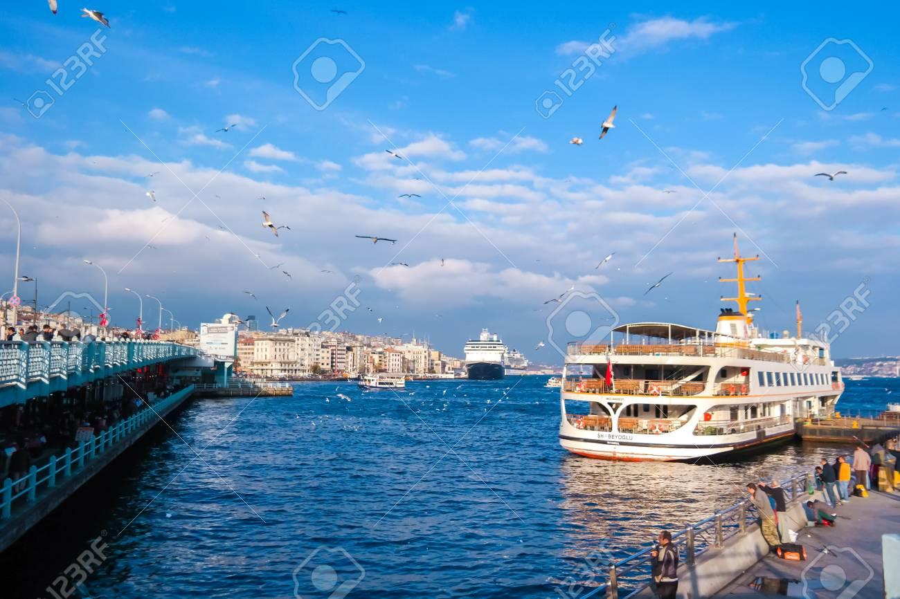 イスタンブール, トルコ-11 月 25 日: Yeni キャミとガラタ橋、トルコ ...