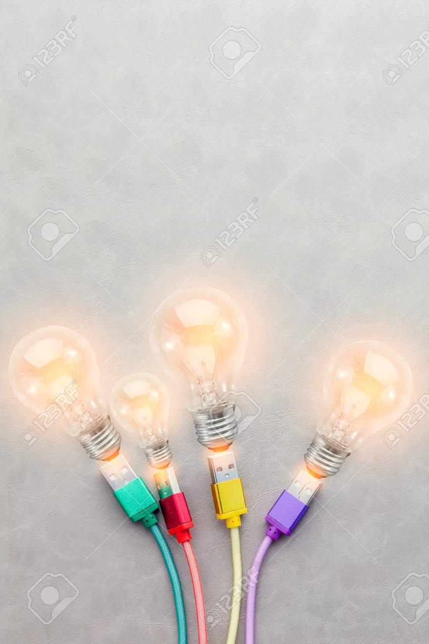 Lampadina A Incandescenza Storia cavo usb con colorato con concetto di creatività idee di lampadina a  incandescenza con copyspace gratuito