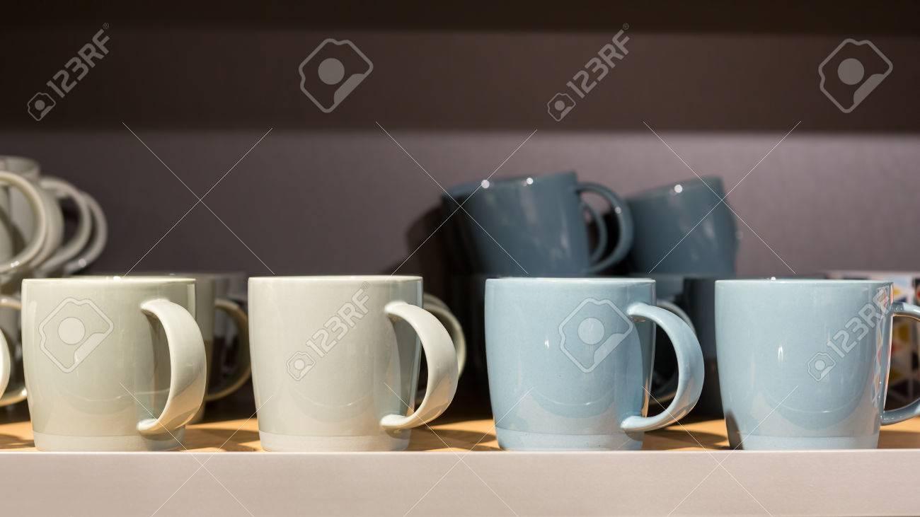 Credenza Con Tazze : Terra tonalità di colore tazze caffè ceramica in una
