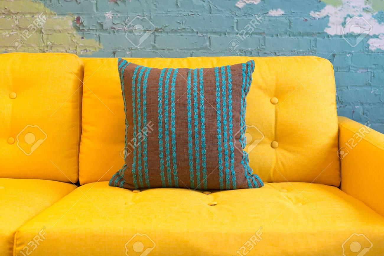 Close up van gele stof bank en kussens met vintage stijl tegen ...