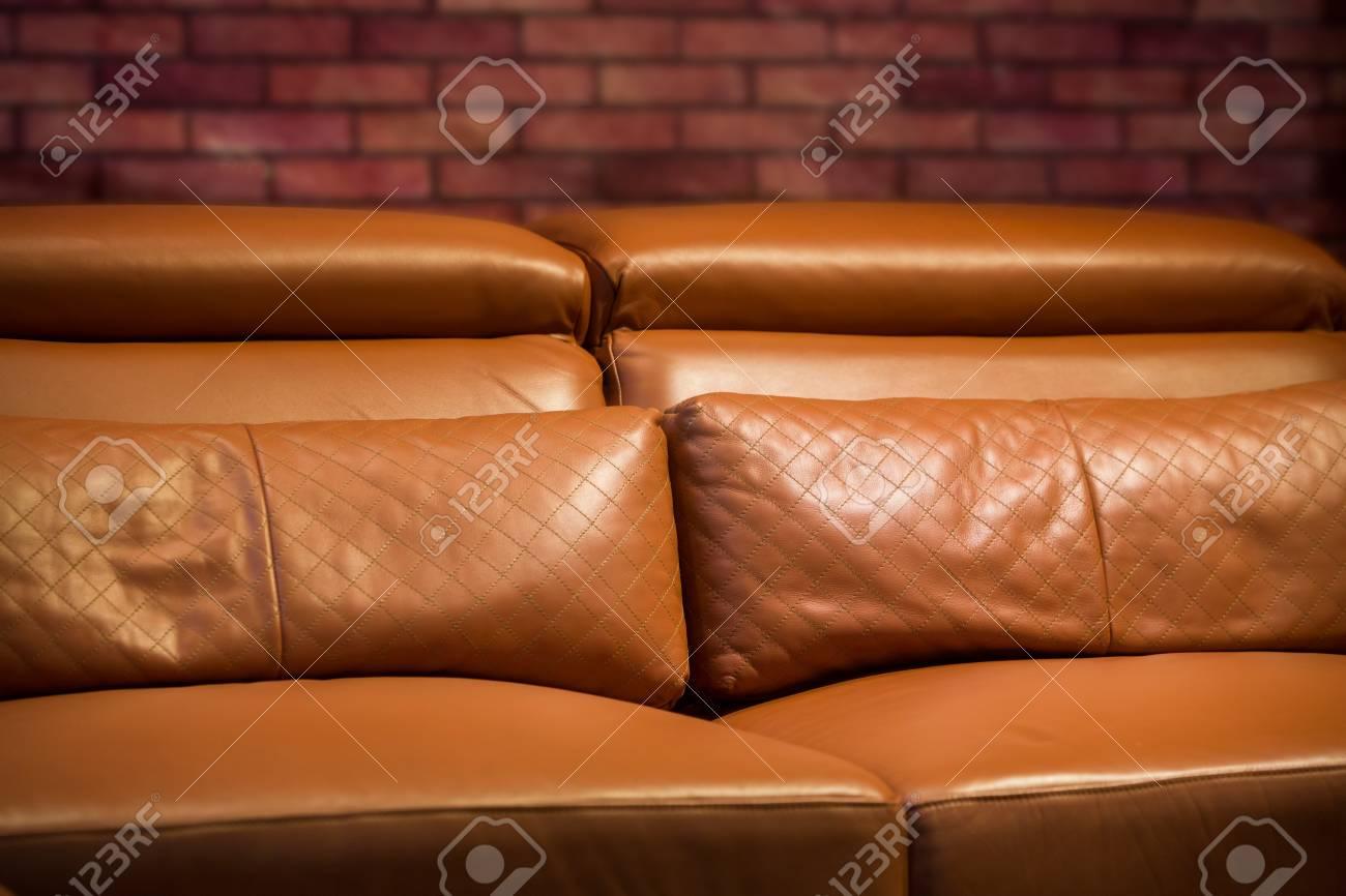Divani Pelle Marrone Vintage : Vintage divano in pelle marrone in un moderno salotto foto royalty