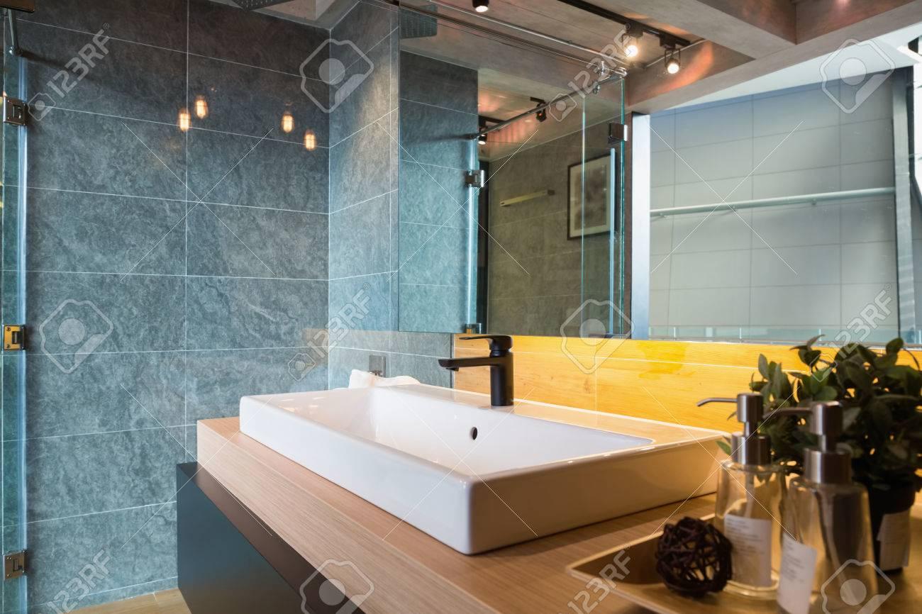 Glas Duschkabine Und Weiße Keramik Waschbecken In Einem Loft-Stil ...