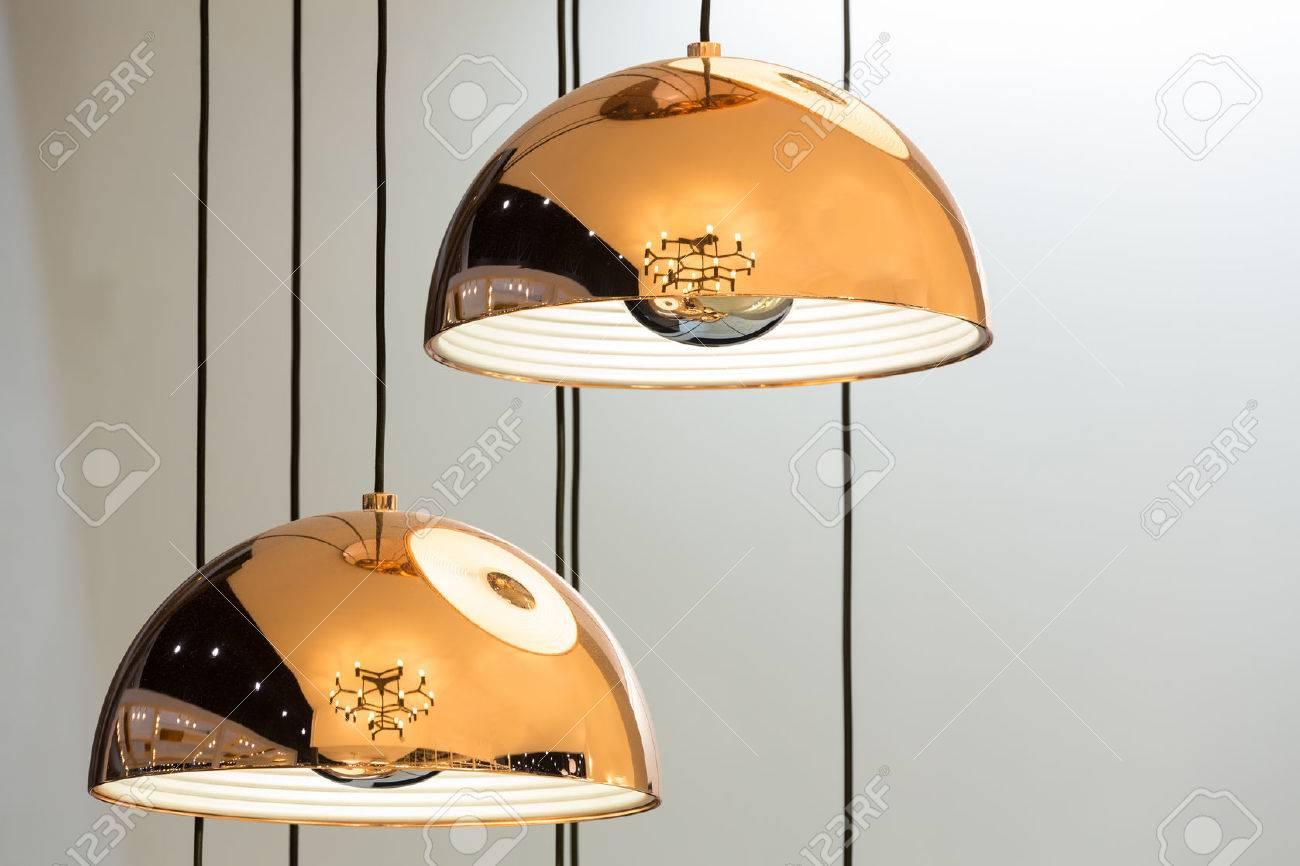 Moderne bronze dekoration lampen und lampenschirme gegen weiße